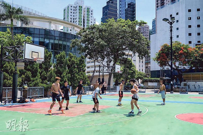 各項康文設施今日再度關閉,昨早仍有不少年青人於維園籃球場打籃球,其間並無戴口罩。(賴俊傑攝)