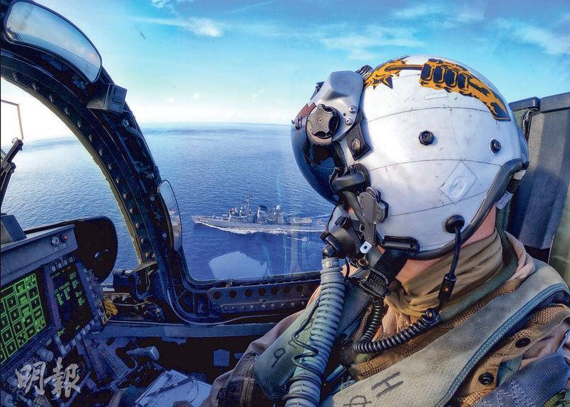 華府13日首次正式反對北京的南海主張,雙方此前亦罕有同時在南海舉行軍演。圖為美國海軍7月7日駕駛F/A-18E「超級大黃蜂」與日本海上自衛隊艦船進行交匯訓練。(資料圖片)