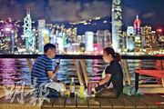 在新防疫措施下,不少市民晚上無處進食,有中年男女昨夜在尖沙嘴海旁自備紅酒及食物促膝長談。(鍾林枝攝)