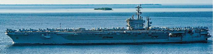 美軍列根號和尼米茲號兩個航空母艦戰鬥群昨日在南海聯合演習。圖為尼米茲號15日航經巴拉巴克海峽前往南海。(網上圖片)