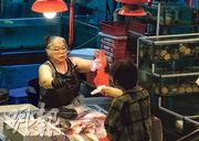 政府昨日仍未規管室內要戴口罩。銅鑼灣鵝頸街市有魚檔檔主表示,街市內沒有冷氣,炎熱天氣下戴口罩非常辛苦,對於政府修例規管,檔戶說「到時先算」。(朱安妮攝)