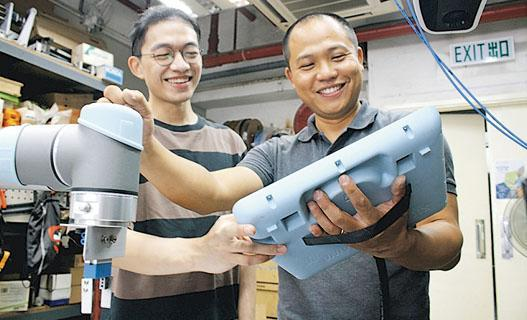 IVE畢業生Simon(右)創立自動化工程及顧問公司,他選擇聘請數名IVE師弟,2018年畢業於IVE機械工程學高級文憑的Tony(左)便是其中一人。(受訪者提供圖片)