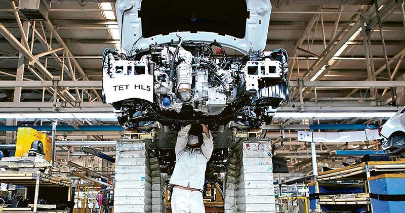 受疫情影響,日本本田汽車在武漢設立的合資工廠內今年4月有員工戴着口罩在生產線工作。(路透社)
