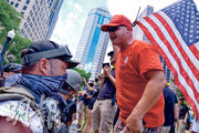 美國俄亥俄州的部分縣實施強制戴口罩,激起數百名右翼人士反對。他們上周六(18日)在穿迷彩軍服、持槍「民兵、退伍軍人、鐵騎士和愛國團體」護航下,於哥倫布市(Columbus)州議會外舉行「反口罩公民抗命」,其間跟附近參與「黑人的命也是命」的示威者(圖左)對峙。(法新社)