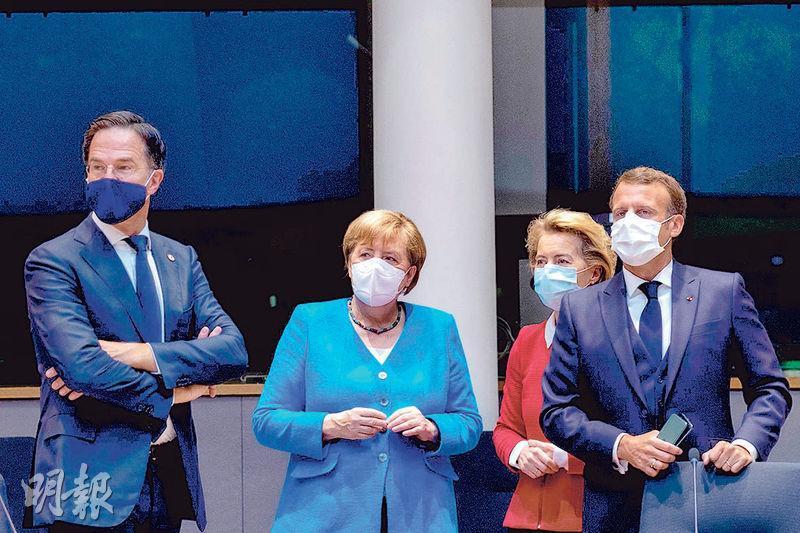 荷蘭首相呂特(左起)、德國總理默克爾、歐盟委員會主席馮德萊恩、法國總統馬克龍,昨在布魯塞爾歐洲理事會大樓內聚首,繼續磋商疫後救援方案撥款事宜。(法新社)