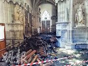 失火的南特教堂有400年歷史的管風琴被焚毁,熏黑的殘骸跌落地面。(法新社)
