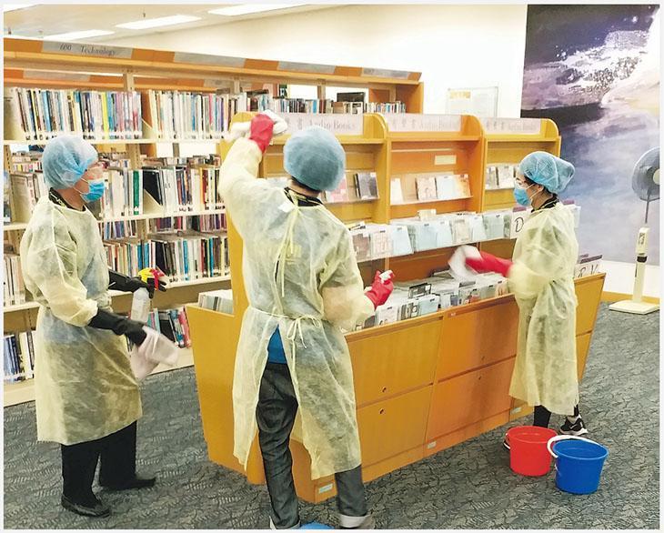 一名中央圖書館成人借閱圖書館的兼職圖書館資料整理員確診新冠病毒,康文署昨消毒相關樓層。(政府新聞處)