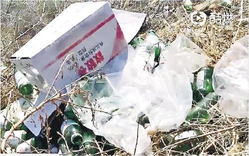 圖為海參養殖場附近丟棄的敵敵畏空瓶。(央視畫面)