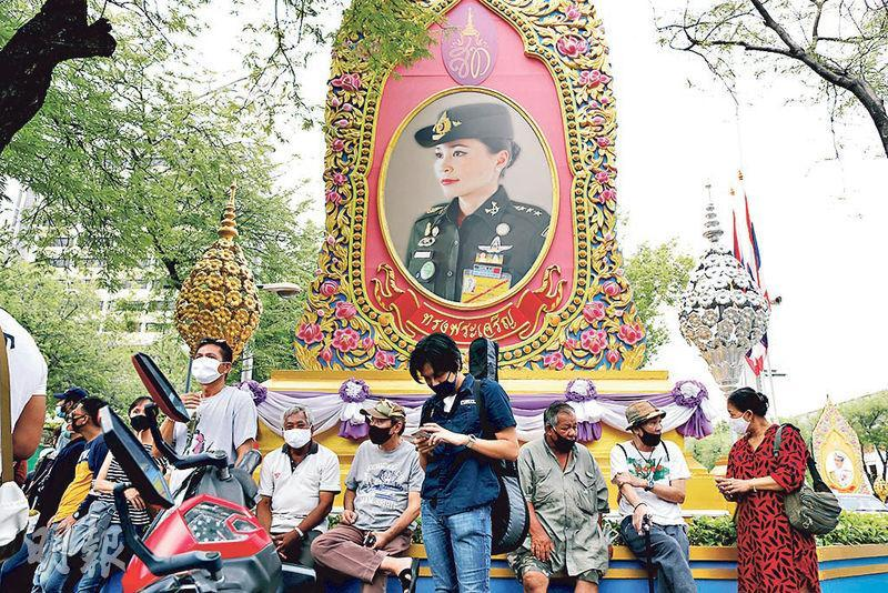 有示威者昨在曼谷王家陸軍總部外泰國王后素提達肖像附近聚集,促首相巴育辭職。(路透社)