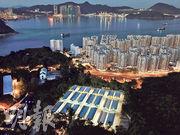 政府在鯉魚門公園度假村以組合屋方式增建共379個檢疫中心單位(圖下)。(蘇智鑫攝)