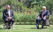 英國首相約翰遜(右)昨在倫敦首相府接見美國國務卿蓬佩奧,兩人談及香港及新疆等議題。(路透社)