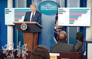 美國總統特朗普周二在白宮獨自主持新冠疫情簡報會。(法新社)