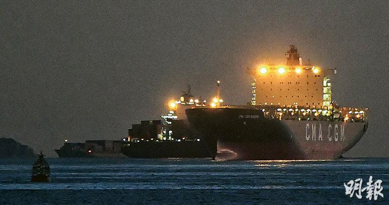 6艘貨船因先後各有一名船員確診感染新冠病毒,合共140名船員須留船海上檢疫14日,目前6船停泊在南丫島西南碇泊處。圖右為其中一艘涉事貨船「CMA CGM ROSSINI」。(林若勤攝)