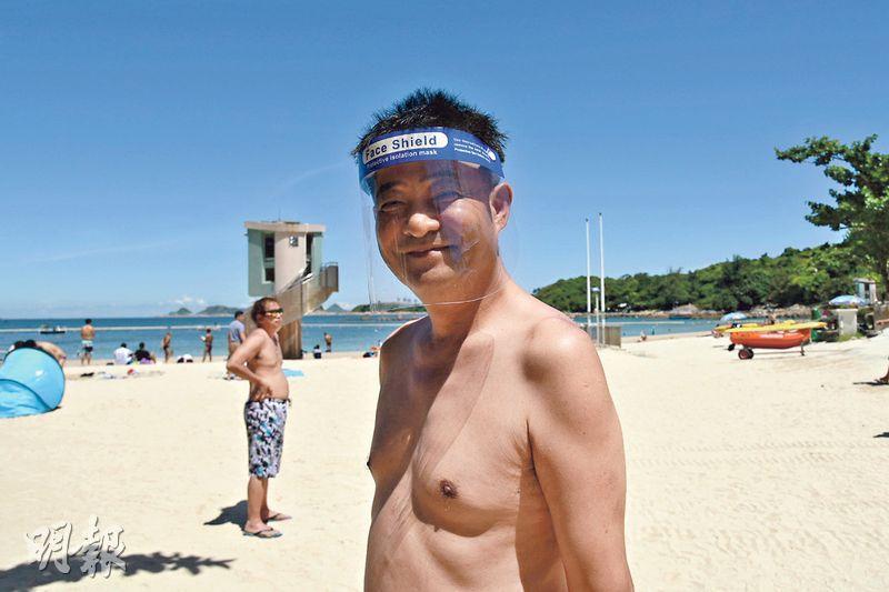 韓裔泳客Harrison自備防護面罩到清水灣二灘游水。他早前從美國經上海返港,已隔離14日,稱有與泳客保持1.5米距離,不擔心有感染風險。(陳冬綾攝)