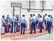 警方在元朗街頭截停該9名戴有手帶的拖篋男子問話,9人全部穿著長袖上衣遮蓋手帶。(區議員石景澄提供)