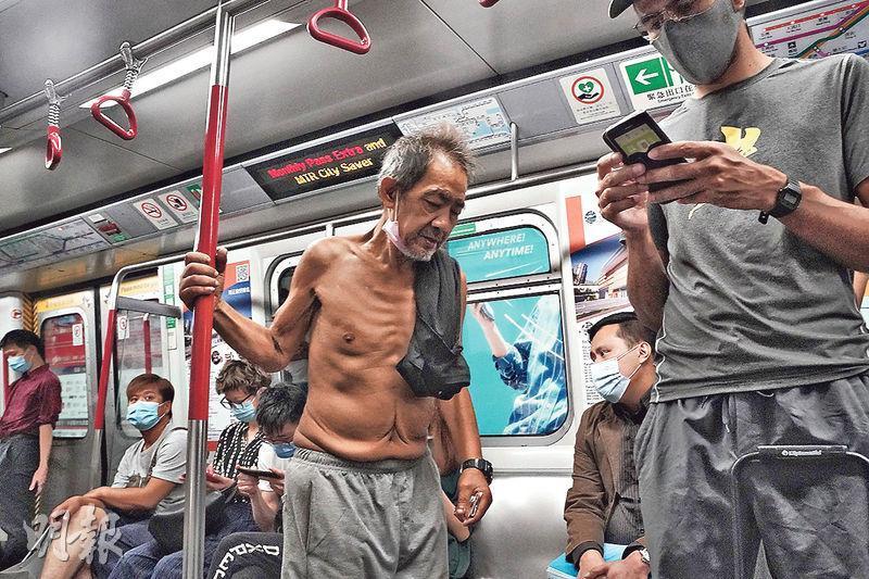 強制市民在公共交通工具戴口罩的規例實施超過一周,昨日仍可見有市民在港鐵車廂內沒戴口罩,也沒見港鐵職員勸喻處理。(楊柏賢攝)