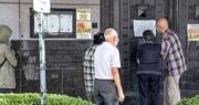 繼要求中國關閉駐休斯敦領事館後,美方威脅或將關閉更多中國駐美領事館。圖為7月22日,被要求關閉後,有人在中國駐休斯敦領事館門外查看貼在門口的告示。(法新社)