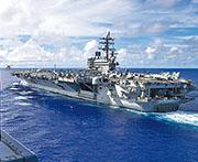 圖為一架澳洲直升機(左上)準備在航行於菲律賓海的美國核動力航母「列根」號降落。(網上圖片)