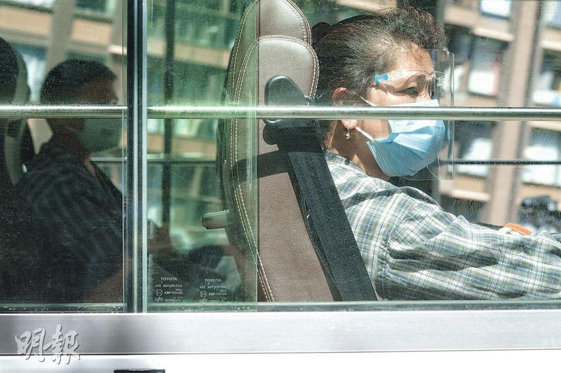 醫管局昨早將首批23名確診感染新型冠狀病毒的病人轉送位於鯉魚門公園度假村的社區隔離設施,他們身穿醫院病人服,部分人戴上口罩及面罩。(楊柏賢攝)