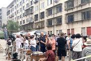 時隔百多天,遼寧大連再有多宗本地新冠病例,當地海產品加工廠亦驗出病毒,19萬人需作核酸檢測。圖為周四大連民眾排隊驗核酸。(中新社)