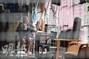 爆疫的屯門康和護老中心黃金分院昨有院友拉低口罩,在露台閒坐。(賴俊傑攝)