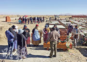 玻利維亞官方確診個案逾6萬,至少2218人死,當地開始出現棺木不足情况。圖為行政首都拉巴斯外圍一個墓地日前舉行葬禮。(路透社)