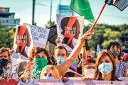 波蘭婦女上周五在華沙遊行,抗議政府準備從本周起,退出保障婦女免受家暴的《伊斯坦布爾公約》。(法新社)