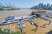長江2020年第3波洪水昨日開始過境重慶城區,是今年長江最大洪峰,當局嚴陣以待。圖為長江水位持續上漲,重慶朝天門碼頭昨日被洪水淹沒,兩江觀光遊船已停運。(中新社)