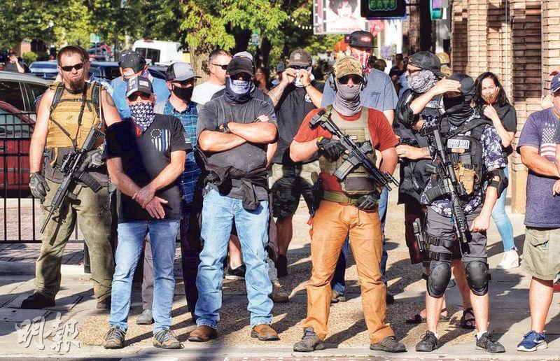 猶他州普若佛本月1日有持械人士跟「黑人的命也是命」的示威者對峙。(法新社)