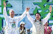 2004年2月台灣總統大選前夕,李登輝(左)為競選連任的陳水扁(右)站台。但選後李登輝被指不斷干政,兩人最終決裂。(資料圖片)