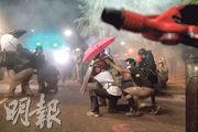 美國俄勒岡州波特蘭市連日爆發反種族主義和反警暴示威。圖為周三有示威者以雨傘對抗聯邦執法人員所使用的低致命武器。(法新社)