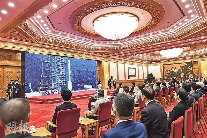 北斗三號全球衛星導航系統建成暨開通儀式昨在北京人民大會堂舉行,國家主席習近平宣布北斗三號全球衛星導航系統開通。圖為儀式上播放有關北斗三號全球衛星導航系統建設發展的短片。(新華社)