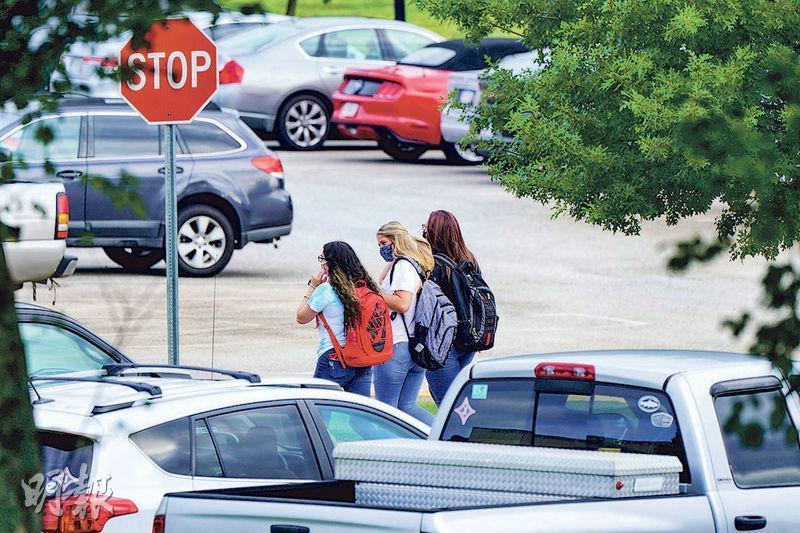 美國部分學校上周五開始復課,並規定要面對面授課,圖中喬治亞州傑斐遜高中的學生正前往上學途中。(路透社)