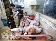 阿富汗東部楠格哈爾省賈拉拉巴德市一座監獄周日晚上遭襲擊,部分傷者送院等候治療。(路透社)