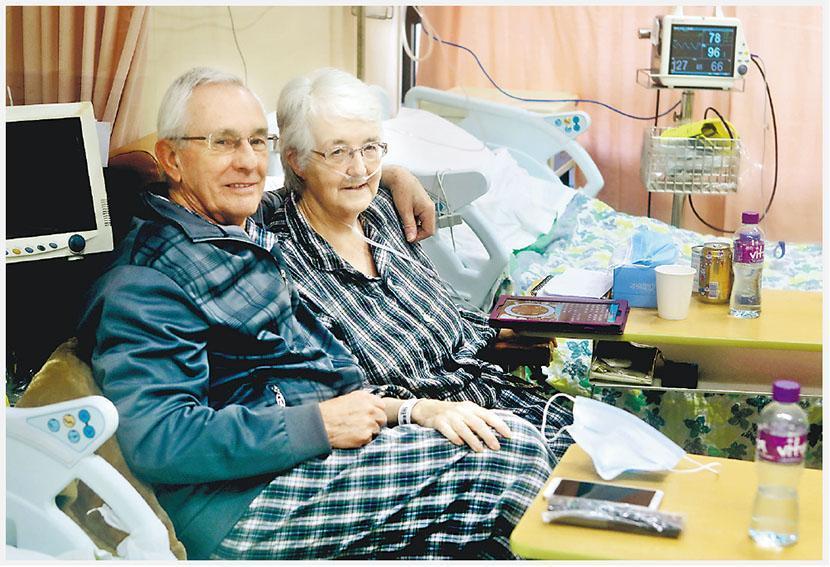 英國夫婦Peter(左)和Jane(右)3月26日經香港轉機時確診,被送到屯門醫院接受隔離治療近兩個月,醫護特別為他們買三文治和英文報紙,兩人分隔不同病房時,醫護又為他們傳紙仔,好讓他們繼續溝通。(屯門醫院提供)