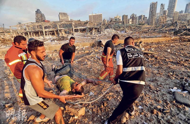 爆炸威力龐大,現場恍如廢墟,救援人員到場後立即搜救傷者。(法新社)