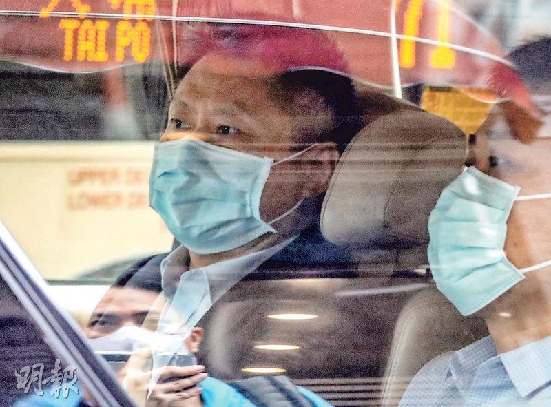 「內地核酸檢測支援隊」隊長余德文(左)昨晨離開九龍維景酒店。政府昨日公布,余德文等人昨上午到政府總部與官員開工作會議,討論中央支援香港做大規模社區檢測事宜。(李紹昌攝)