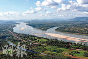 湄公河水位連續兩年跌至新低,惹來各界關注。圖為攝於去年10月在泰國與老撾邊境的湄公河。(路透社)