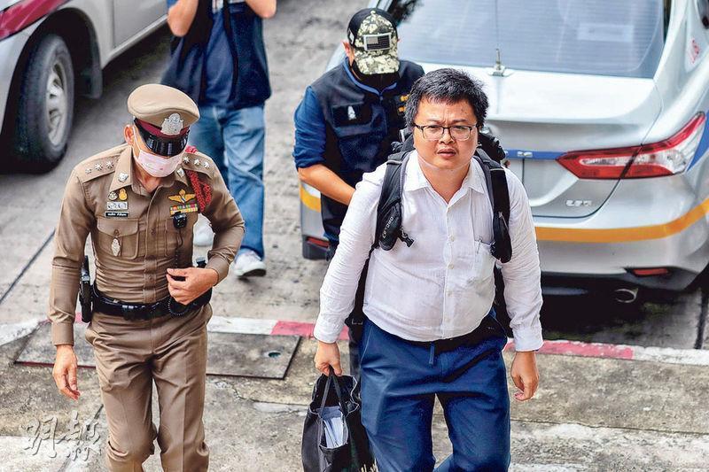 泰國近期反政府示威潮的焦點人物之一、人權律師阿農,昨日遭警方上門拘捕,帶返曼谷的警署。(路透社)