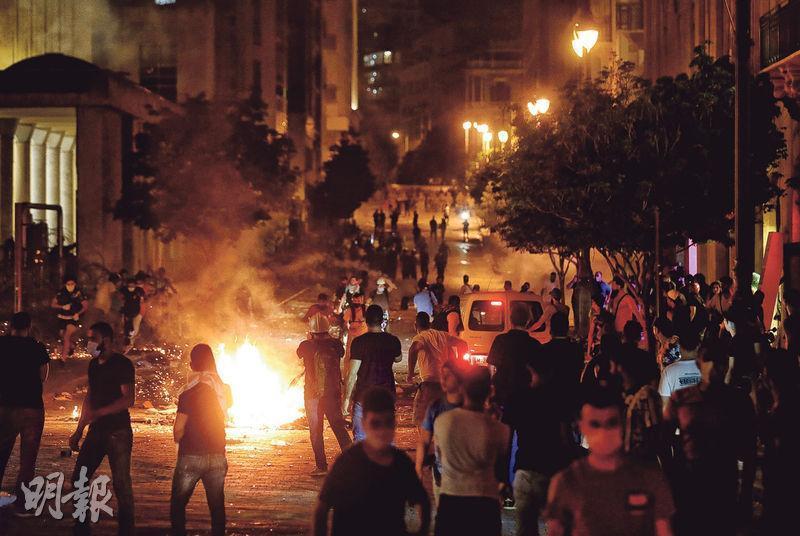 黎巴嫩貝魯特周四有民眾在國會附近聚集抗議政府,其間有人縱火。(路透社)