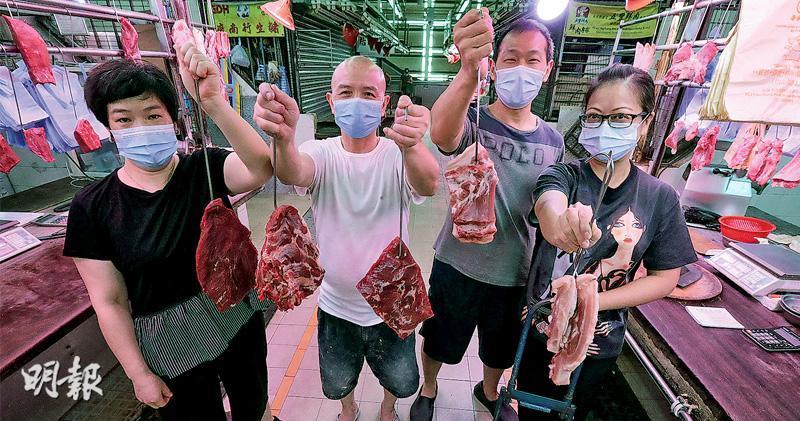 爆發新型冠狀病毒要關閉的紅磡街市昨日重開,人流冷清,豬肉檔「偉成肉枱」老闆李先生夫婦(右二、右一)就出動手推車外賣新鮮豬肉,對面新鮮牛肉檔「祥發隆」的文先生夫婦(左二、左一)亦效法。李太笑言大家沒爭生意,反而有客人提到想買牛肉,可以「搭單」幫對方做生意。(李紹昌攝)