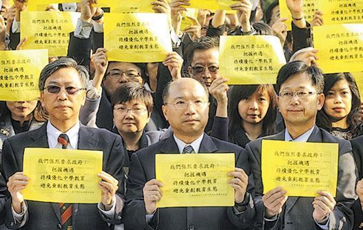 2012年11月,香港中學校長會主席鄧振強(前排中)(時任元朗中學校長會主席)與200多校長、學校代表於立法會外請願,希望向教育局爭取合理方案,化解因人口下跌的殺校危機。(資料圖片)