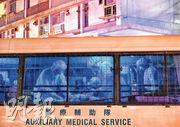 昨晚大批身穿全副保護裝備的醫療輔助隊成員到耆康會啟業護理安老院,逐一協助院友登上小巴,撤離至檢疫中心。(鄧宗弘攝)