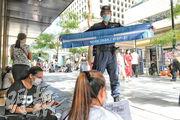 昨午3時許,約20名軍裝警及特別任務警察在中環遮打道行人專用區一帶高調巡邏,其間一名特別任務警察手持一塊1.5米長、寫上「NO MORE THAN 2 PEOPLE!(不可多於兩人)」的橫幅,提醒聚集的外傭須遵守限聚令。(林若勤攝)