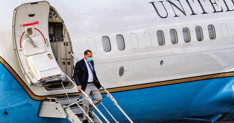 美國衛生部長阿扎昨率領訪台團抵達台北,阿扎也是從1979年以來,訪台層級最高的美國內閣官員。圖為8月9日,美國訪台團專機抵達台北松山機場,阿扎走下飛機。(法新社)