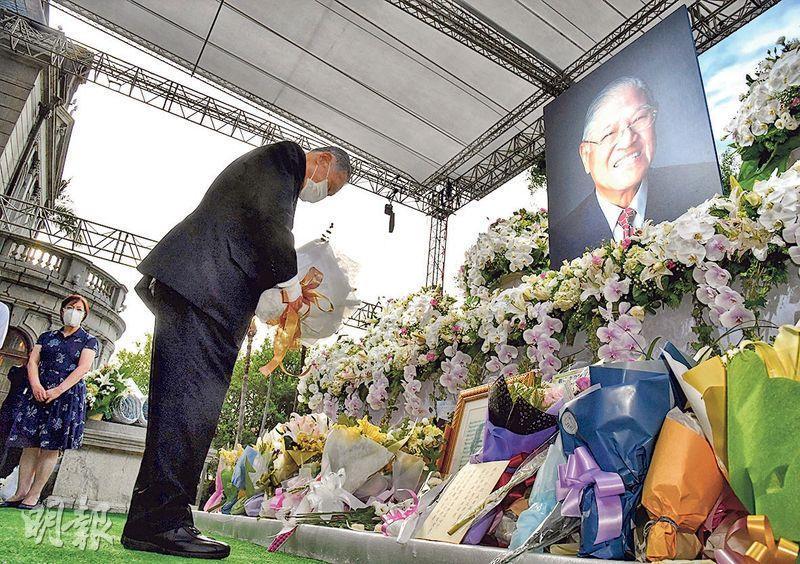 日本前首相森喜朗昨日率日本國會跨黨派議員到台北,追悼台灣前總統李登輝,因代表團豁免隔離檢疫引發質疑。圖為8月9日,森喜朗弔唁李登輝。(中央社)