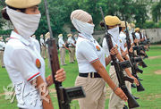 印度旁遮普邦警察昨日為本周六的印度獨立日紀念活動綵排。(法新社)