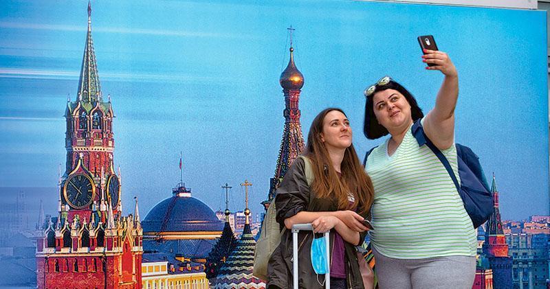 俄羅斯從8月1日起恢復莫斯科、莫斯科州、聖彼得堡、俄西南部城市頓河畔羅斯托夫與某些國家的部分國際航班,當天有乘客在首都莫斯科的謝列梅捷沃機場拍照。首批恢復的國際航班將飛往英國倫敦、土耳其的安卡拉和伊斯坦布爾等。截至昨日,俄羅斯有逾89萬人確診新冠病毒肺炎、逾1.5萬人死亡。(新華社)