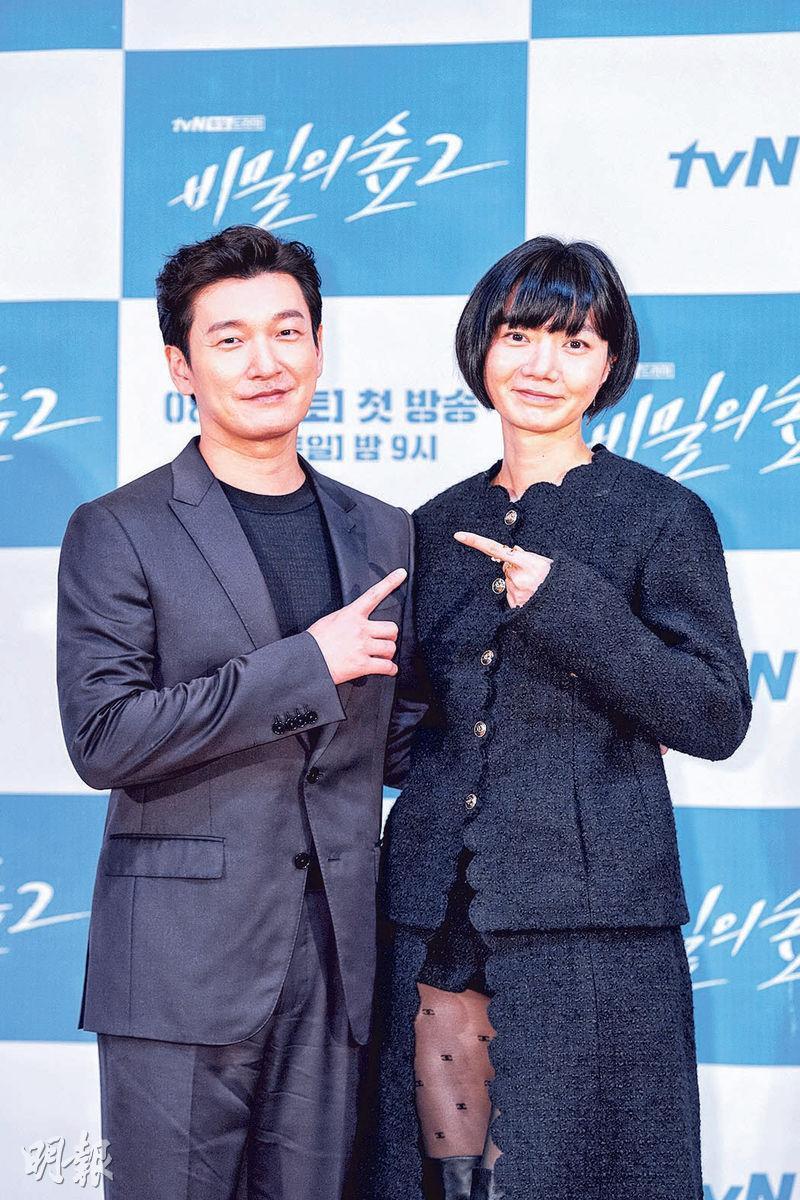曹承佑(左)與裴斗娜(右)再度合演《秘密森林2》,自然默契十足。
