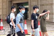 被告李煒健(左二)昨供稱,因為警員的意見,令他相信義務律師服務費用高昂。(夏浩彬攝)